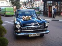 Ретро автомобілі ГАЗ-21 чорного та білого кольору
